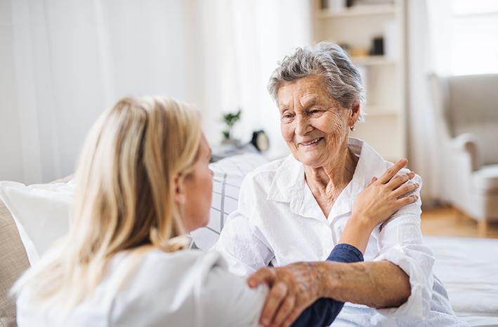 Krankenschwester mit älteren Dame