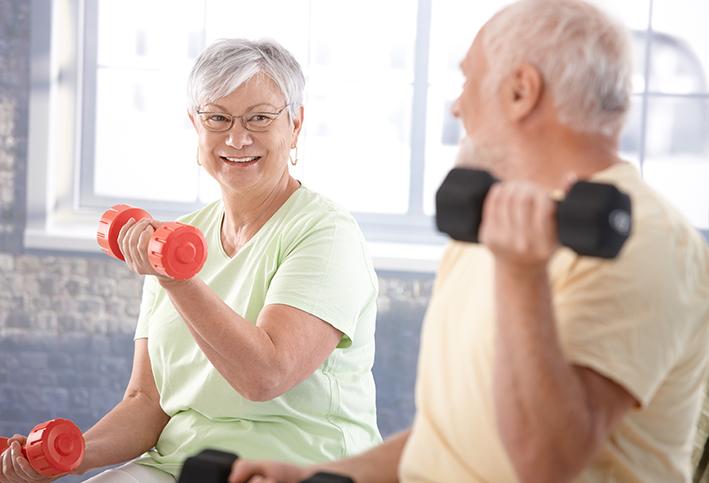 Senioren treiben Hantel-Sport