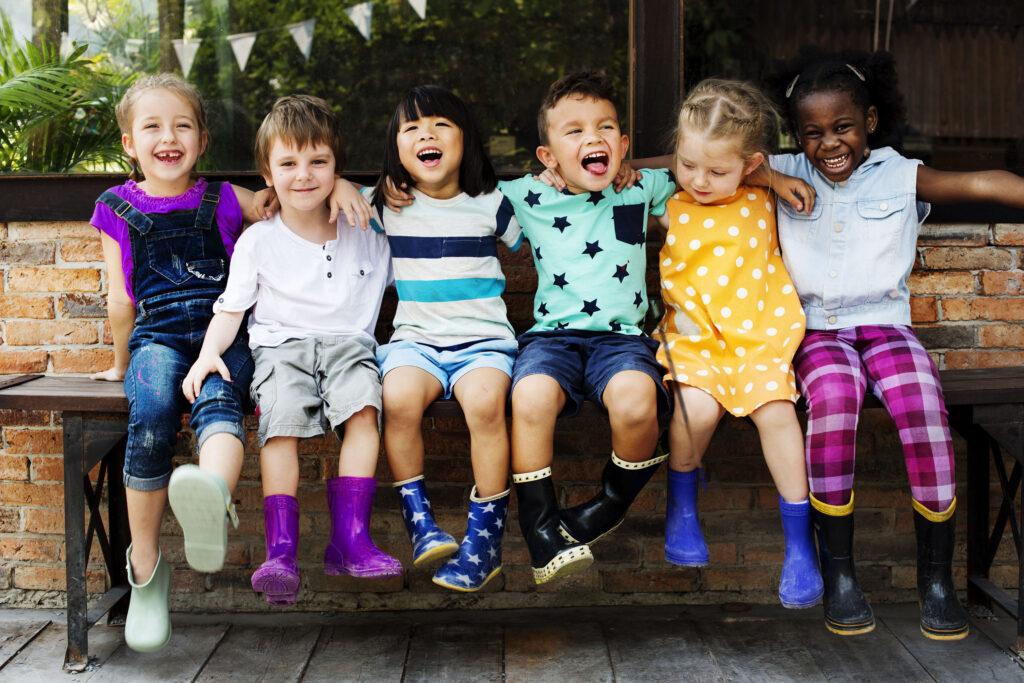 Kinder sitzen auf einer Bank