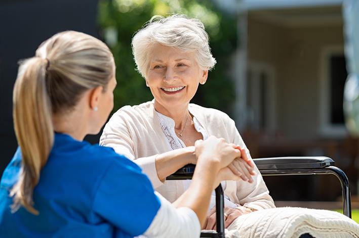 Krankenschwester spricht mit älterer Dame