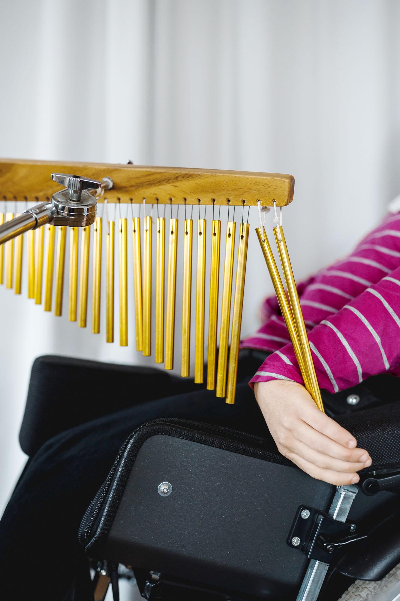 Klangstäbe und Dame im Rollstuhl