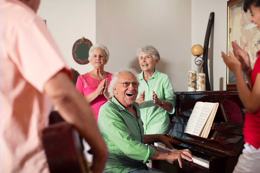 Ältere Menschen musizieren im Seniorenheim