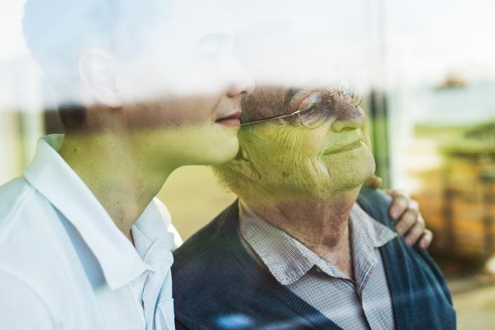 Zwei Männer gucken aus dem Fenster