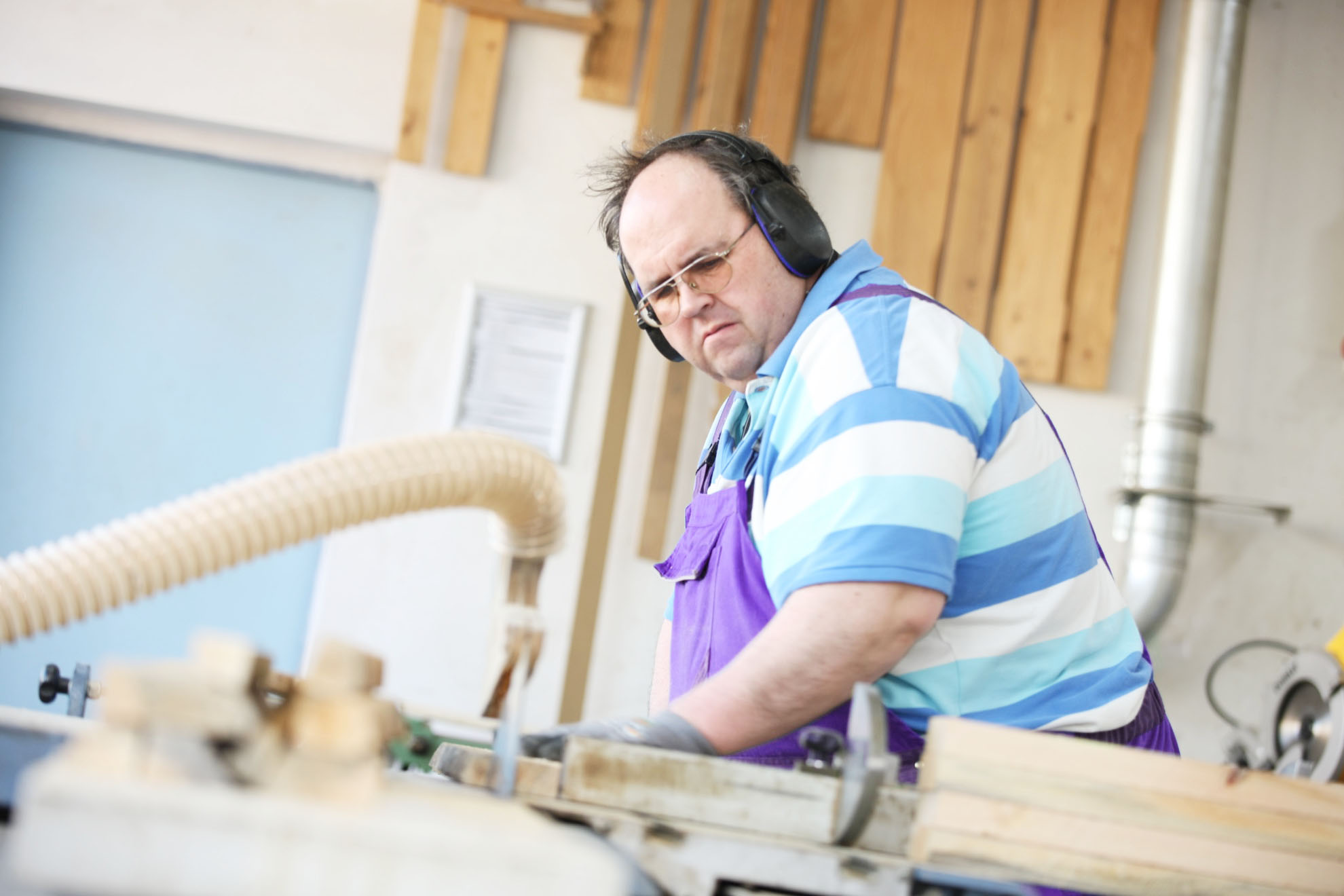 Mann schneidet Holz