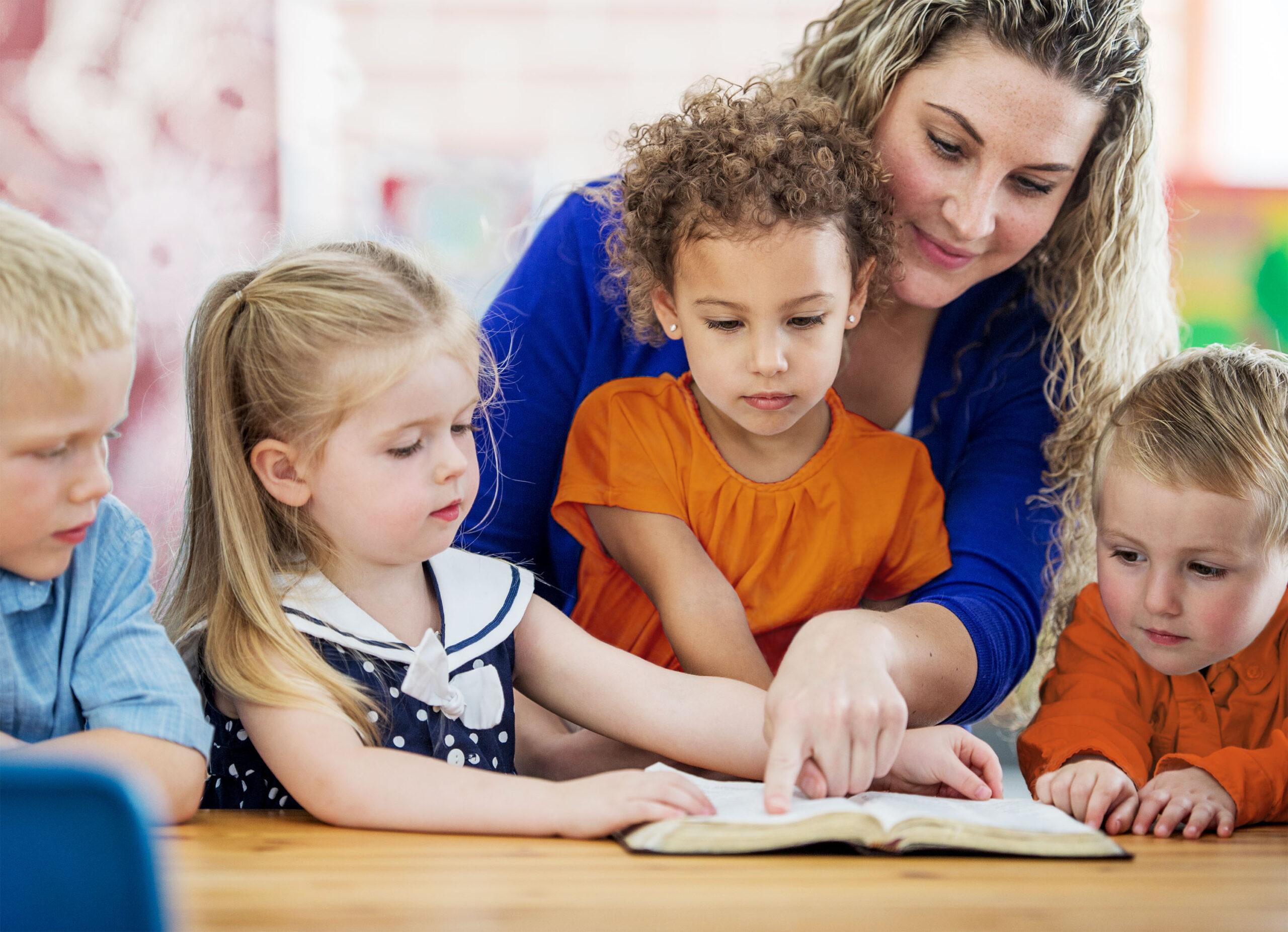 Kinder beim Lesen 2