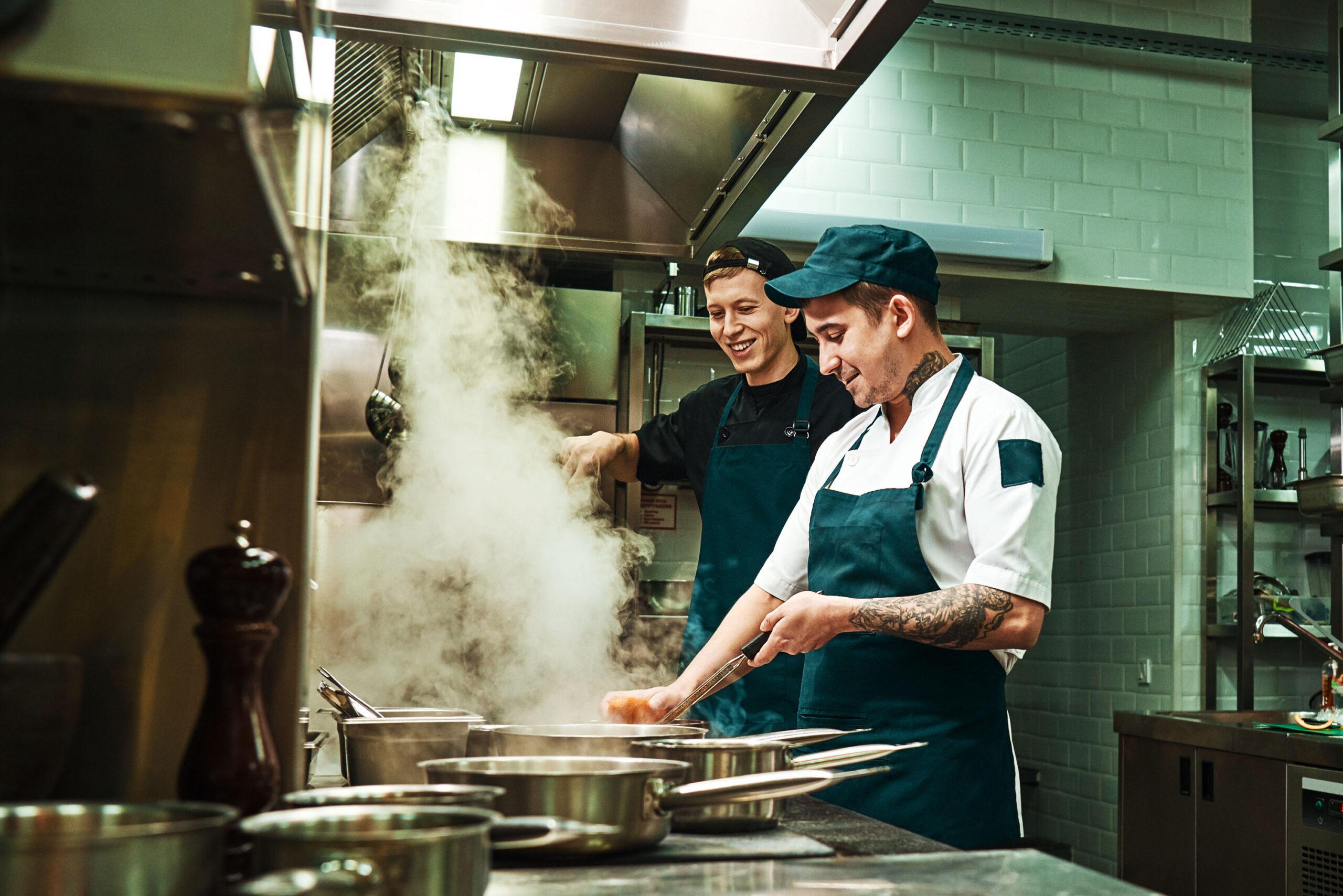 Zwei Köche kochen in der Küche