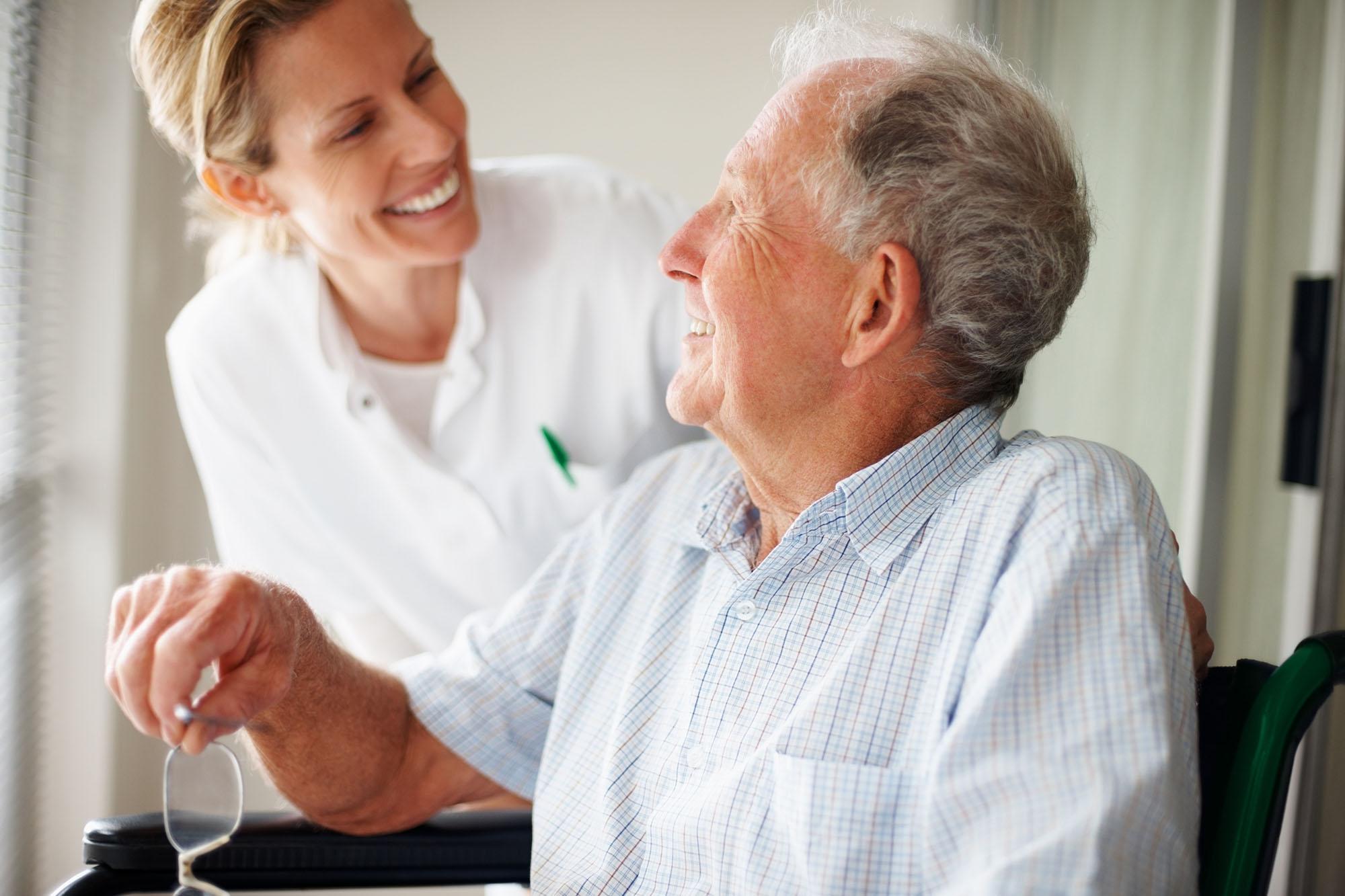 Älterer Mann und Ärztin