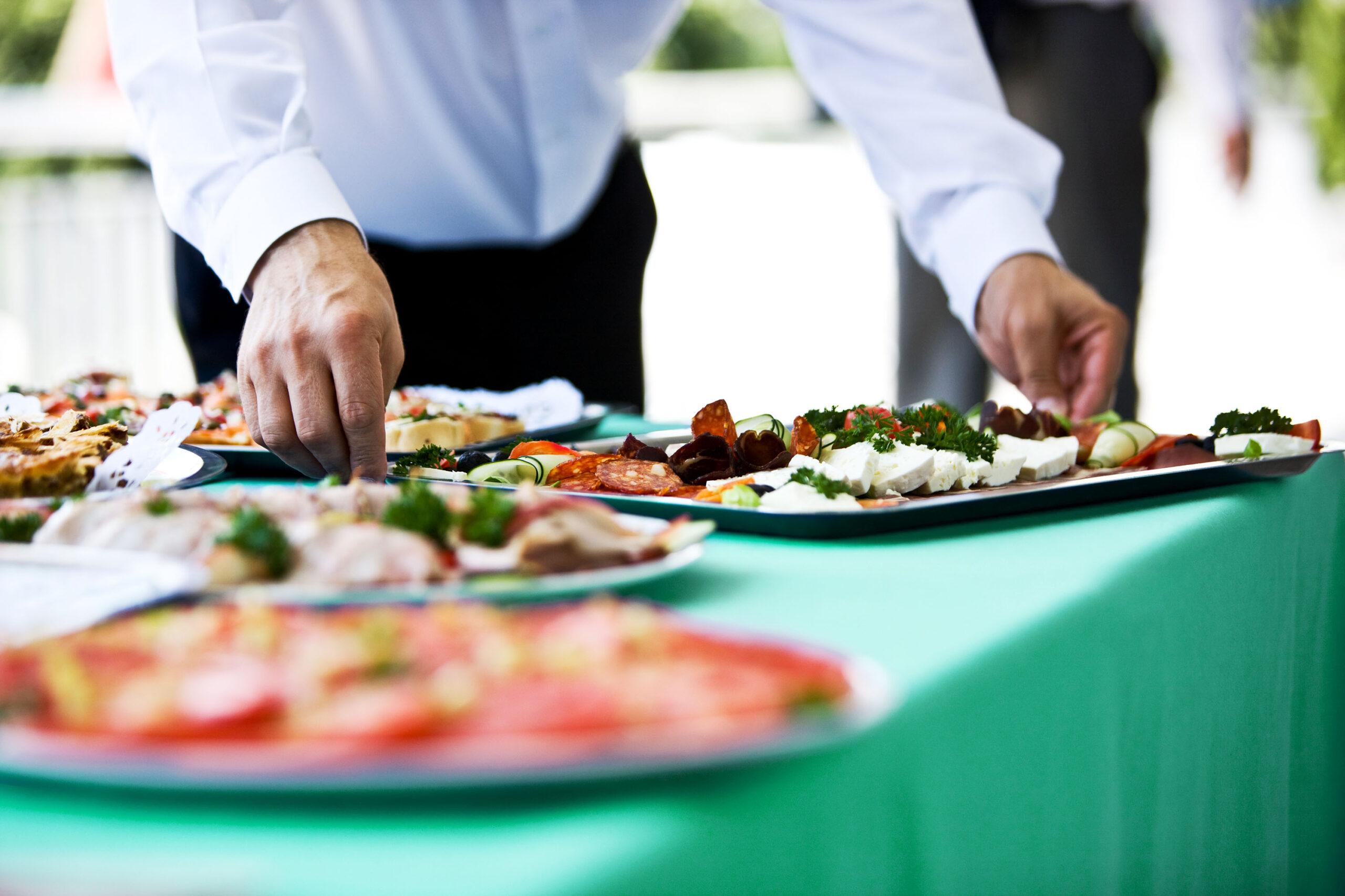 Kellner serviert Essen