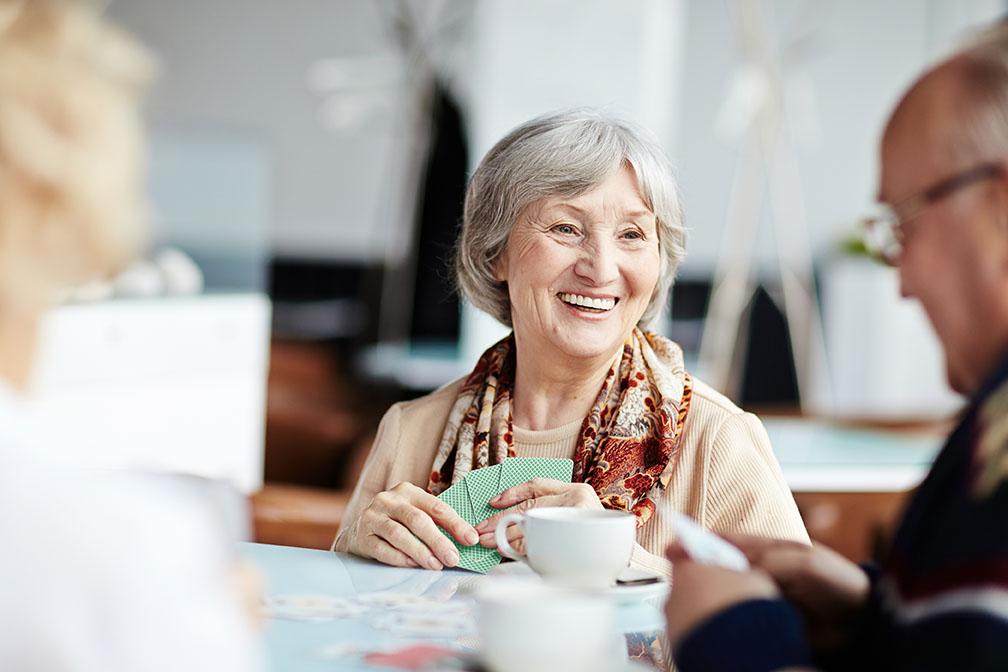Ältere Menschen spielen Karten