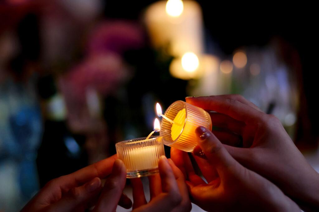 Zwei Frauen mit Kerzen in der Hand