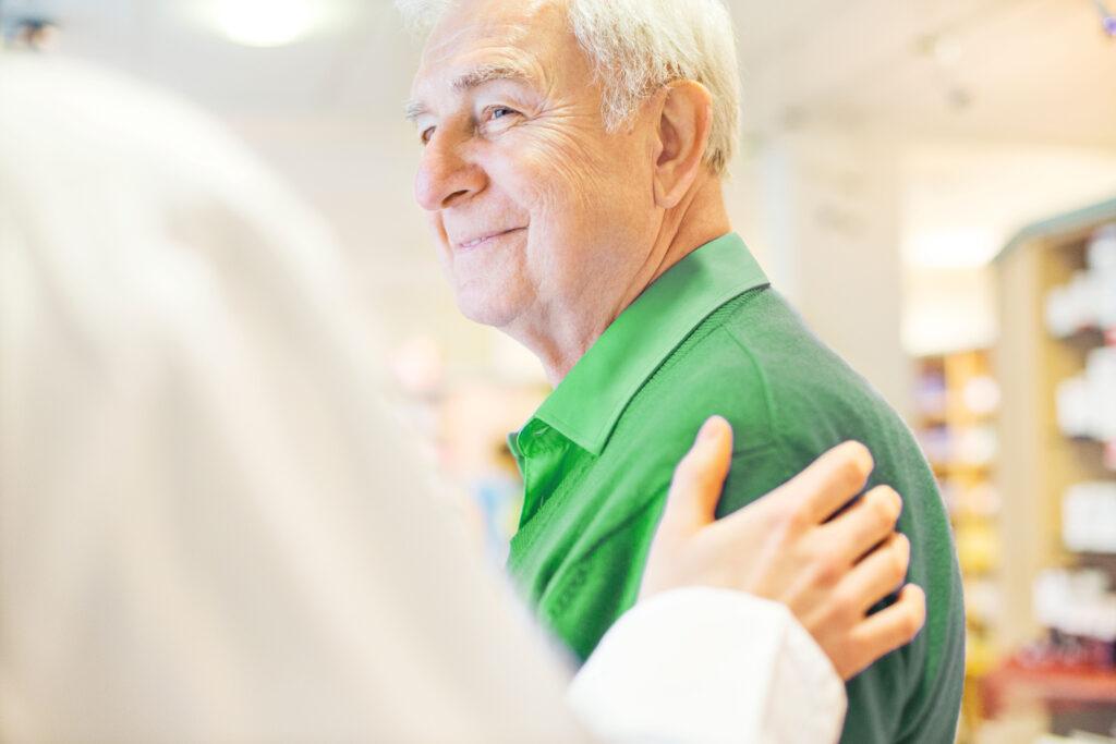 Älterer Mann in der Apotheke