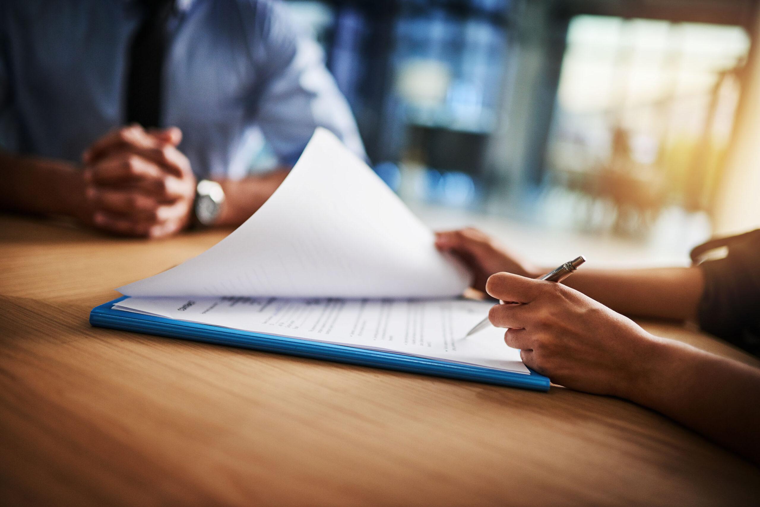 Mann und Frau erledigen Papierkram