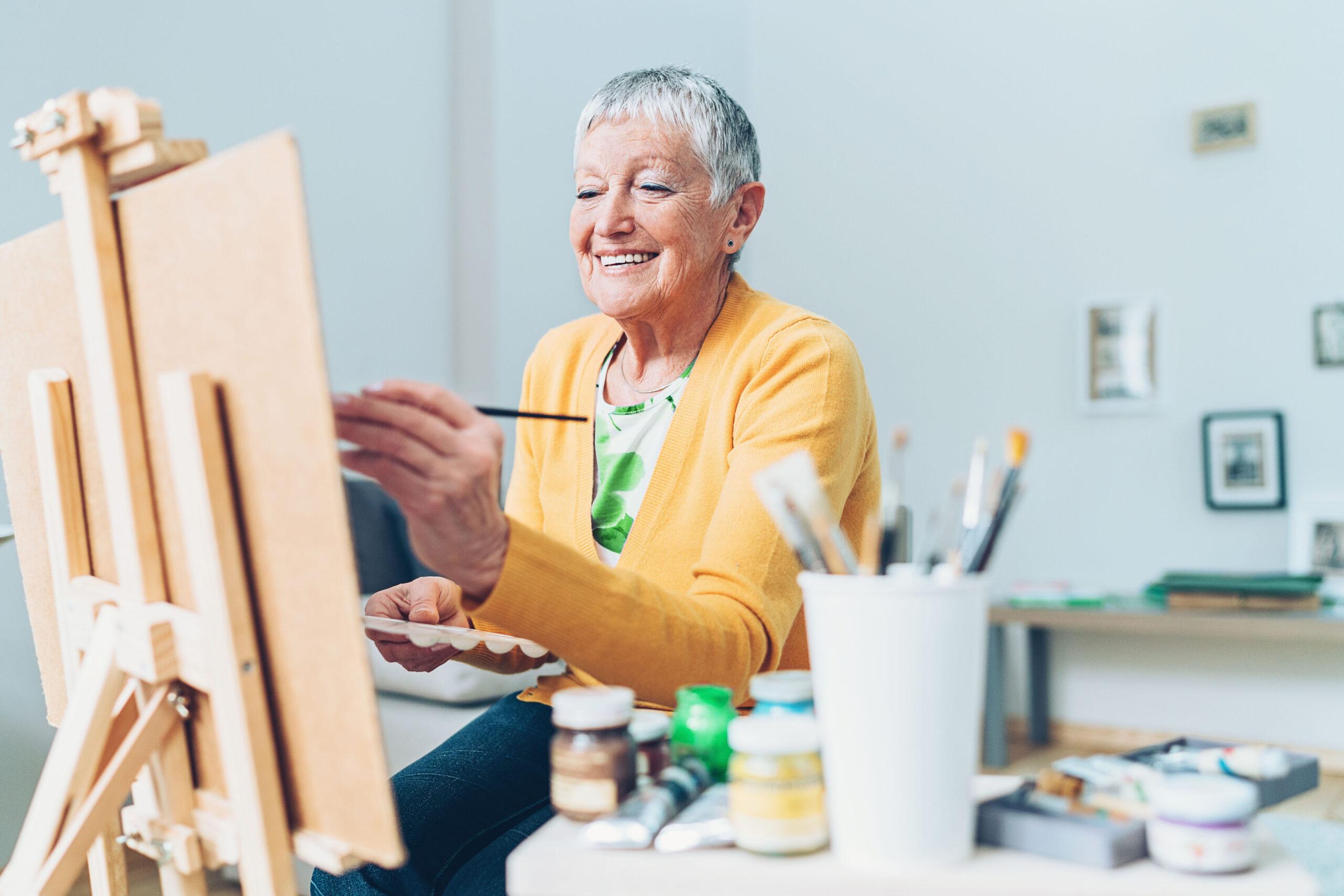 Ältere Dame am Zeichnen