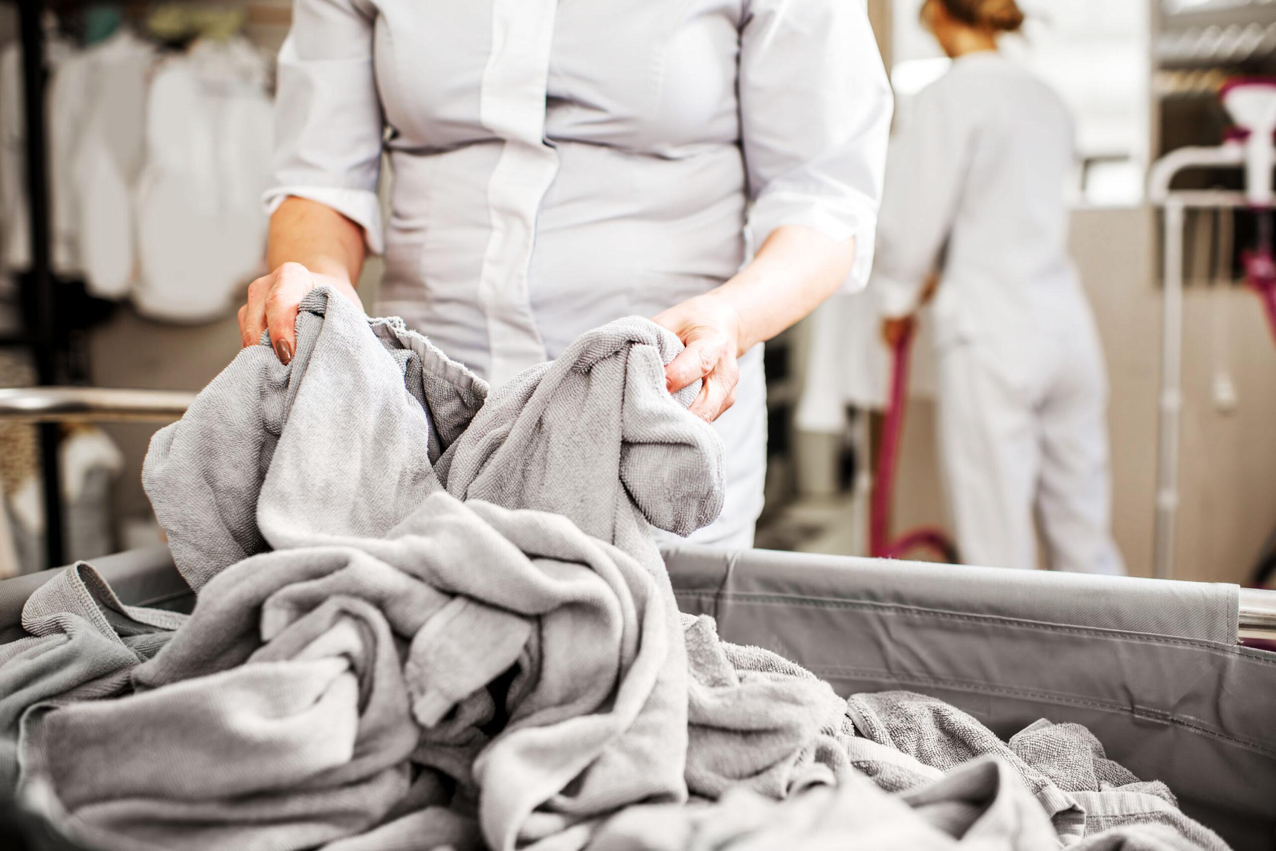 Frau arbeitet in der Wäscherei