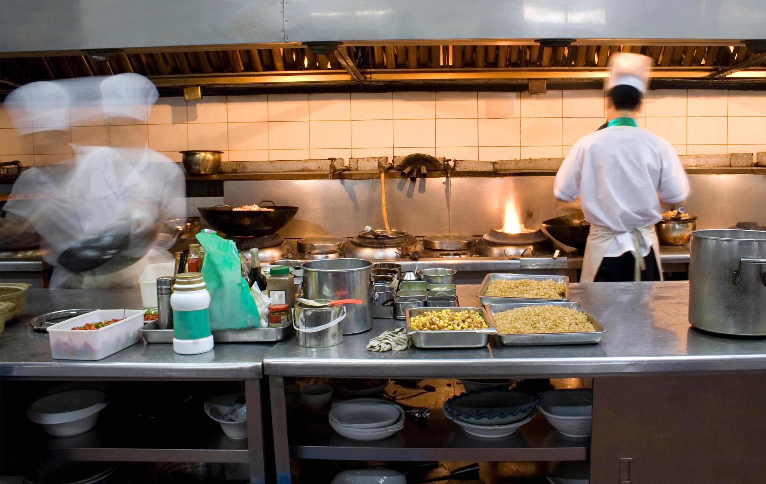 Köche bei der Zubereitung des Abendessens
