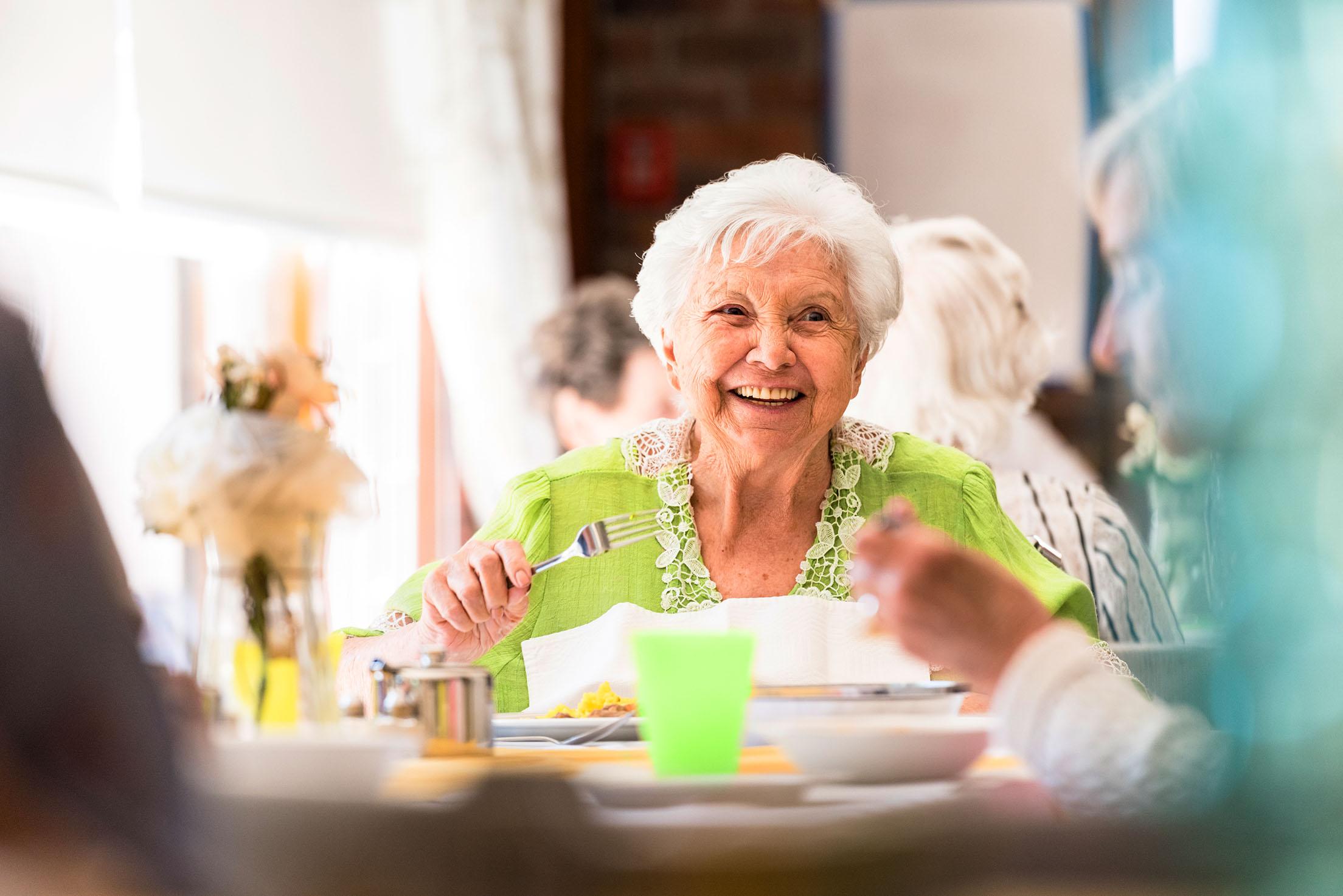 Ältere Dame beim Mittagessen