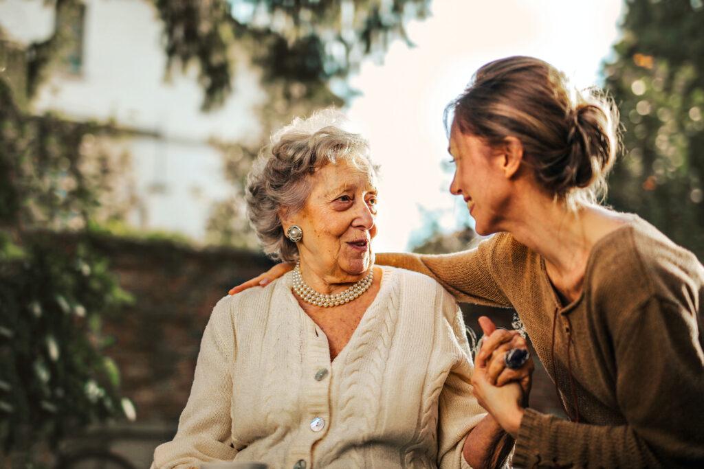 Ältere Dame mit Tochter