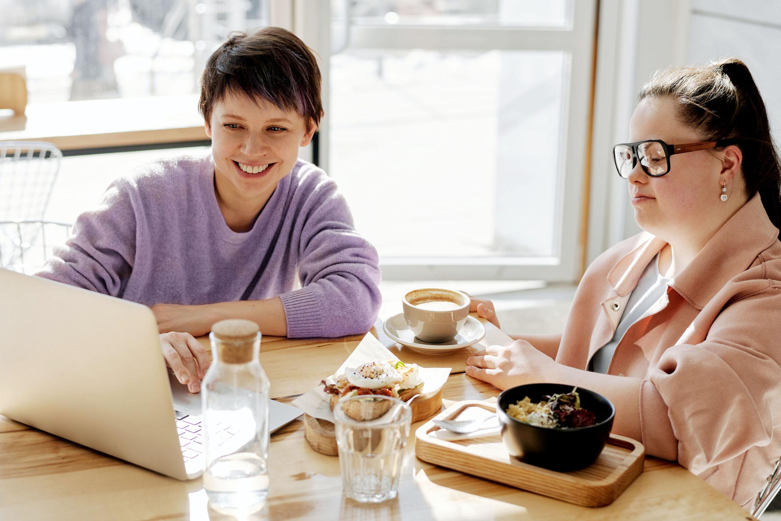 Freunde sitzen in einem Café_2