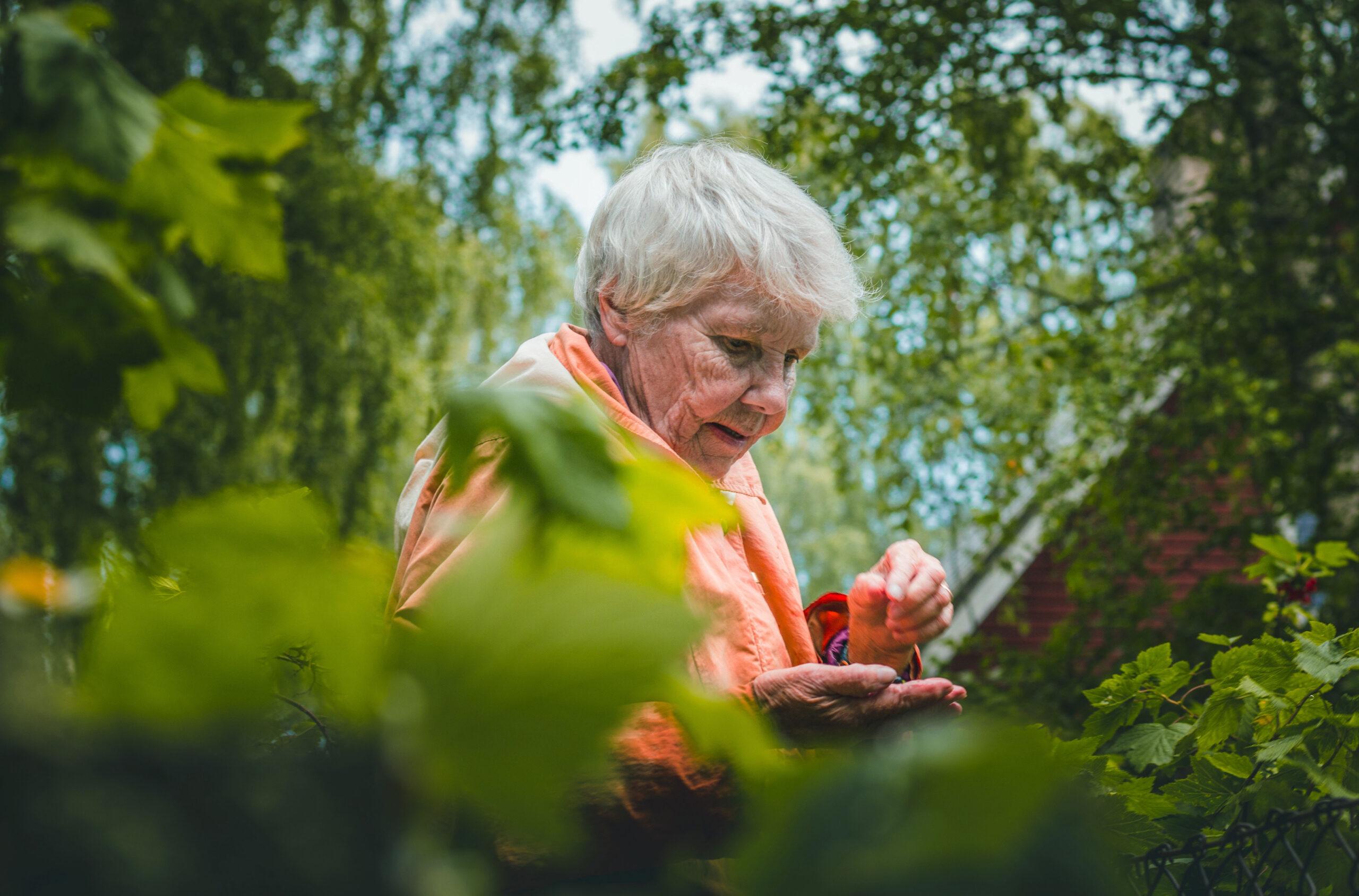 Ältere Dame im Garten