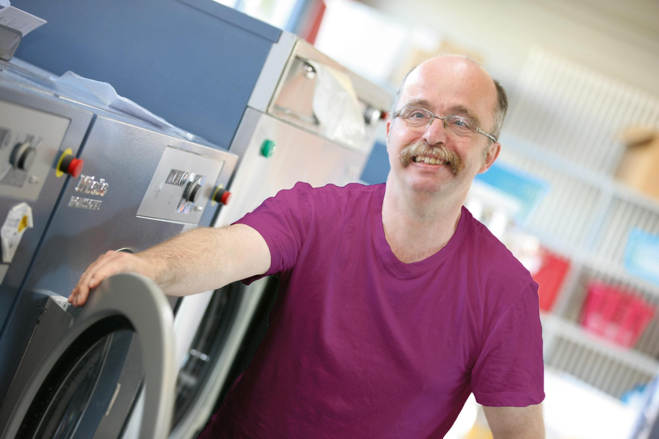 Mann an Waschmaschine