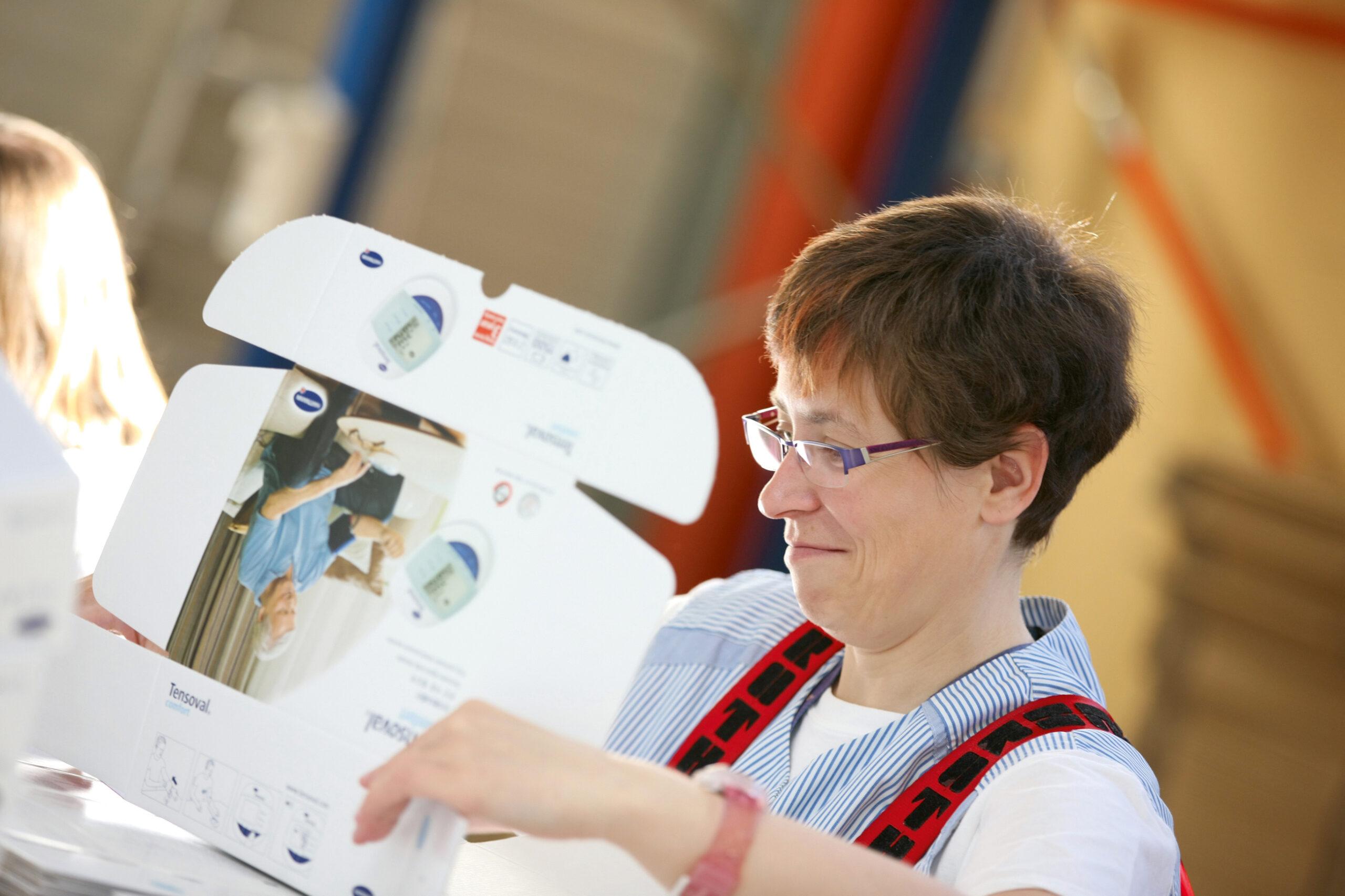 Frau verpackt Verbandskasten