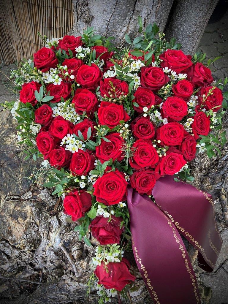 Trauerfloristik Herz rote Rosen