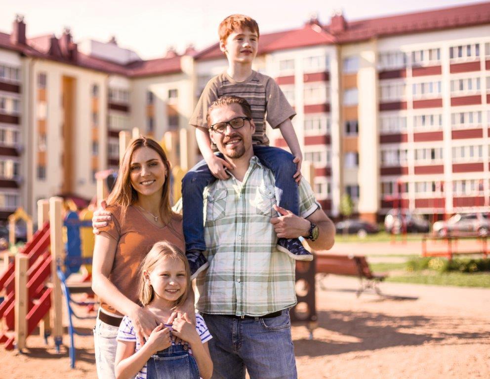 Familie auf einem Spielplatz