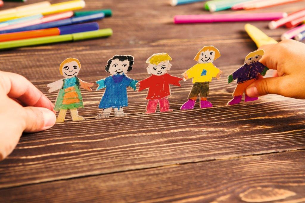 Fünf Papierfiguren