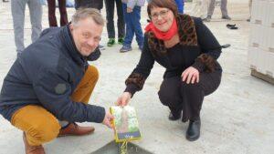 Nico Vogel (Geschäftsbereichsleiter Fliedners) und Peggy Bohm (Bereichsleitung Wohnen Fliedners) füllen die Schatulle des Grundsteins.