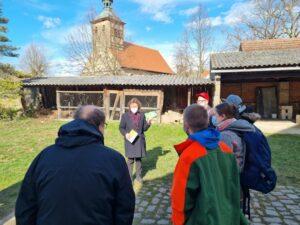 Pfarrerin Sitzler-Osing segnet die Bewohner und schenkt ihnen eine Bibel in einfacher Sprache.