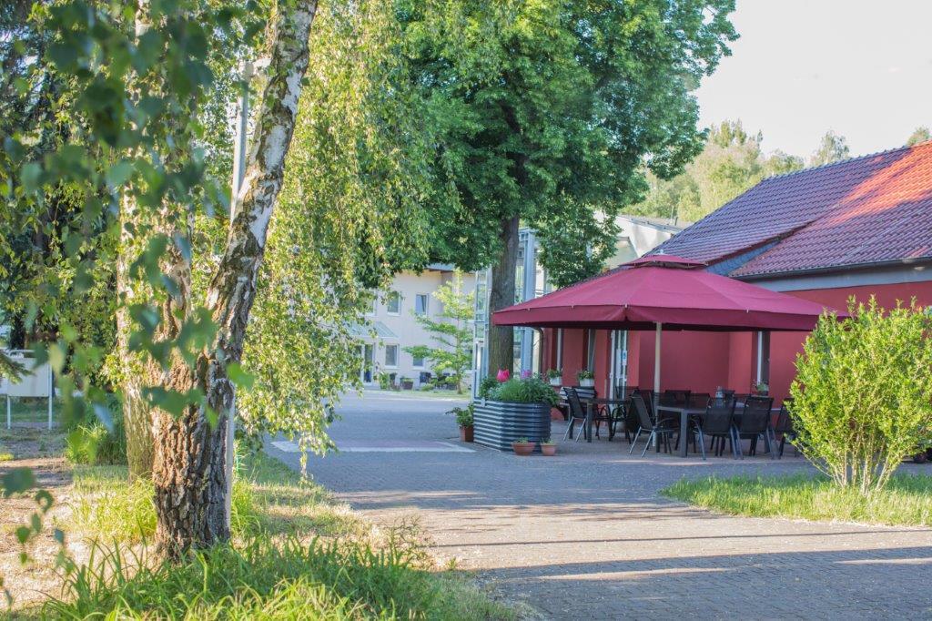 Ansicht mit grünen Bäumen auf den Lindenhof