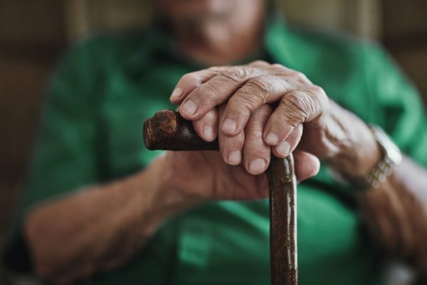 Älterer Mann mit Gehstock